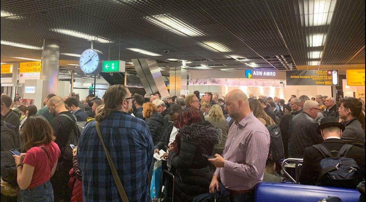 Pasajeros en la terminal del aeropuerto de Schiphol  tras activarse  la falsa alerta de secuestros