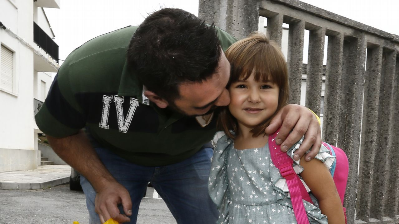 Vuelta al cole.Albano y la pequeña Zeltia, ayer por la mañana llegando al CEIP Virxe do Carme de Burela