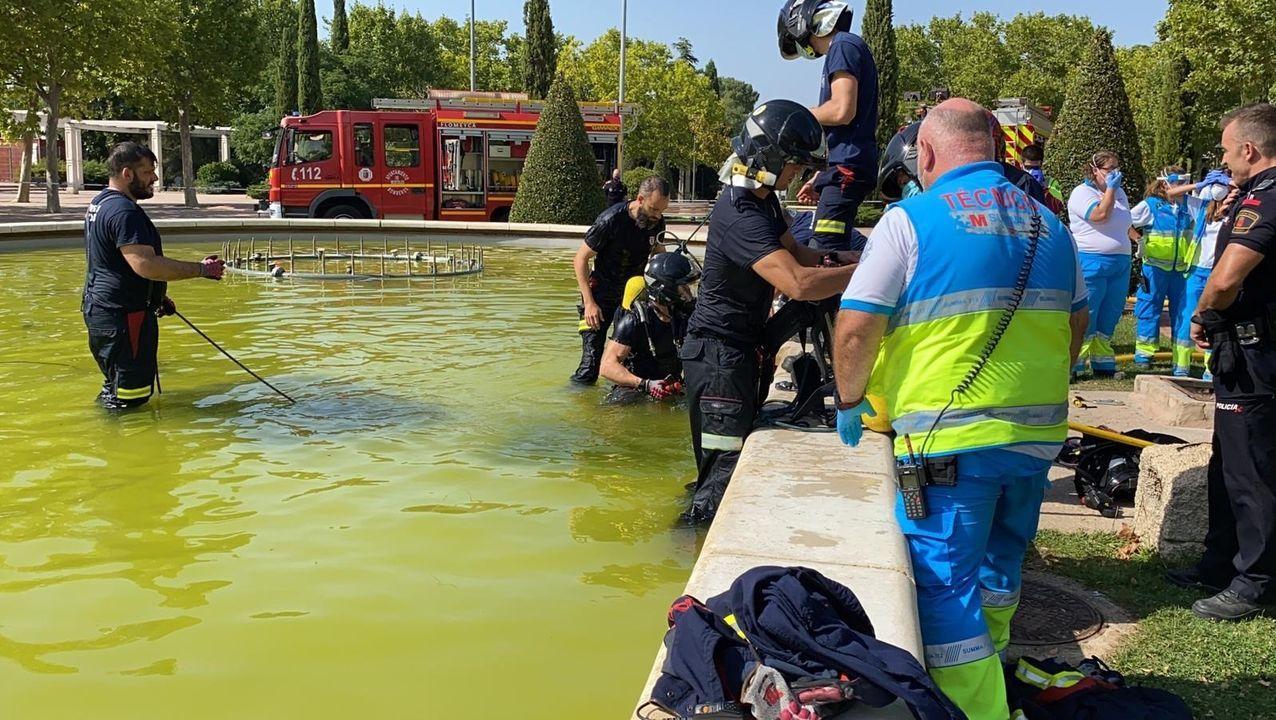 Bomberos de Móstoles trabajan en la fuente en la que pereció ahogado el joven