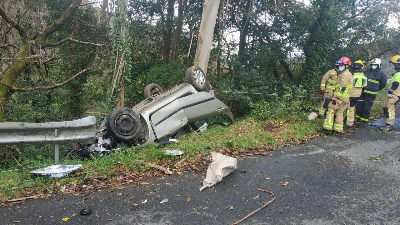 El vehículo acabó volcado fuera de la carretera