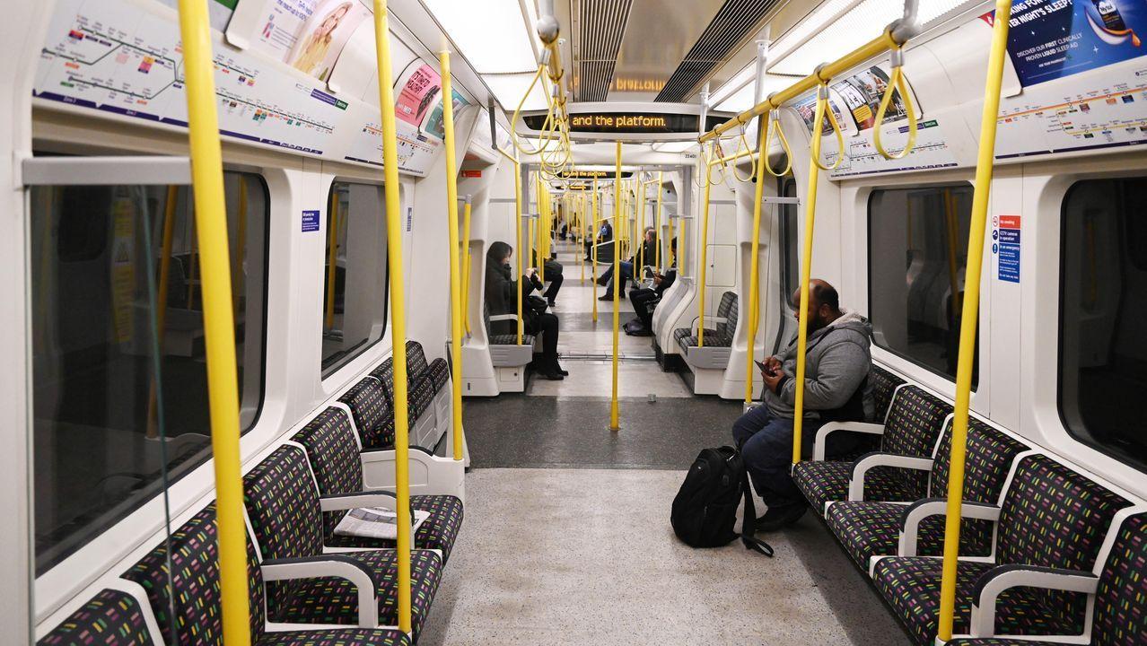 Camiseta Real Oviedo Ayuntamiento patrocinio Adidas.Imagen inusual de un convoy del metro de Londres prácticamente vacío
