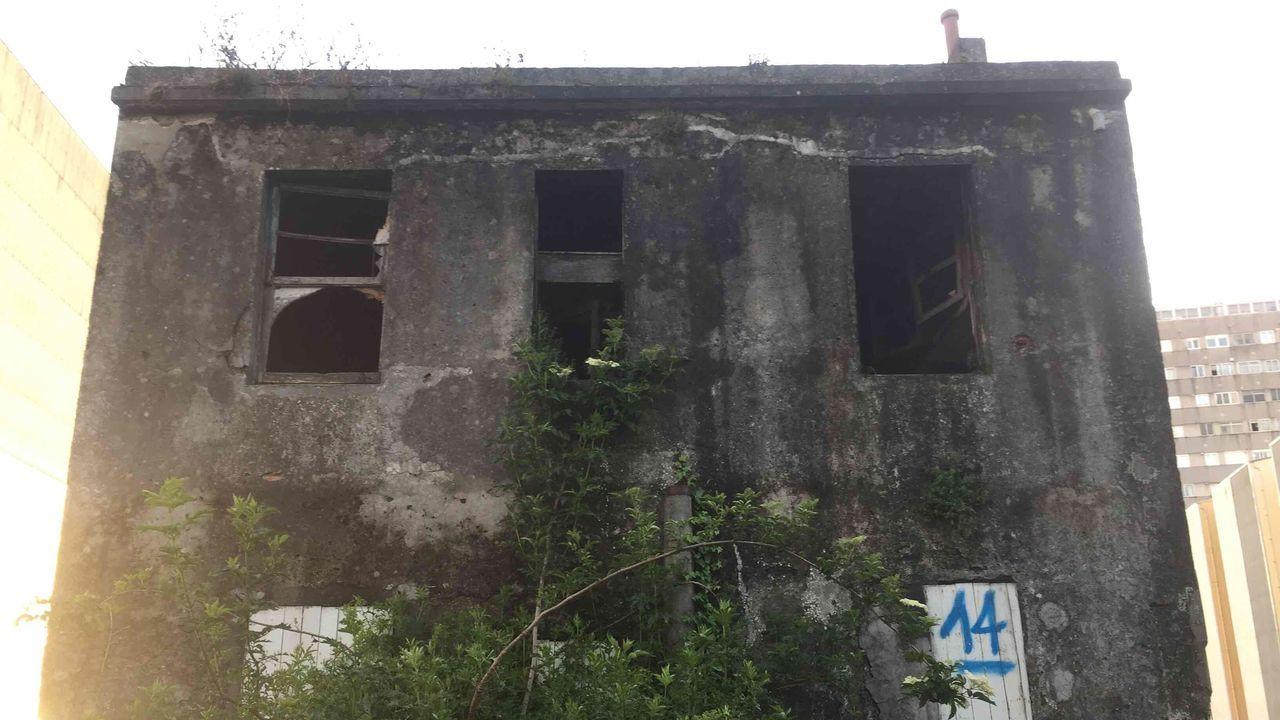 Arde un bateeiro en medio de la ría de Pontevedra frente a Bueu.Imagen del hospital de la india que ha sufrido un incendio