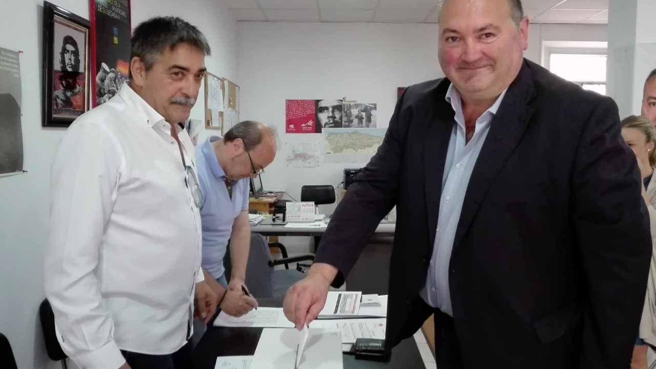 Pedro Sánchez escucha cómo Javier Fernández atiende a los medios de comunicación, durante una visita a Asturias.El coordinador de IU de Asturias, Ramón Argüelles votando en la consulta