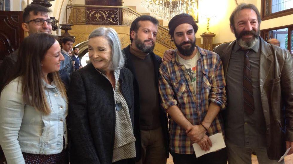 Los Reyes, en Los Oscos.Nuria Espert, junto a varios actores, en el vestíbulo del Jovellanos
