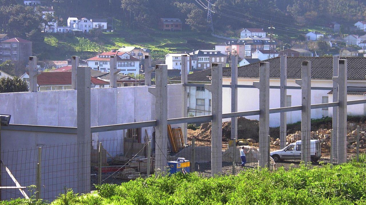 Obras de construcción, en 2003, del polideportivo de Brens sobre los terrenos que la Iglesia cedió al Concello a cambio de que se le recalificasen otros