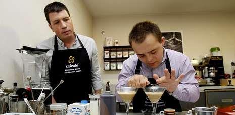 Dani Martínez prepara un combinado de café expreso con crema de galleta y leche.
