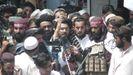 Un portavoz taliban habla a la multitud en la ciudad de Khost.