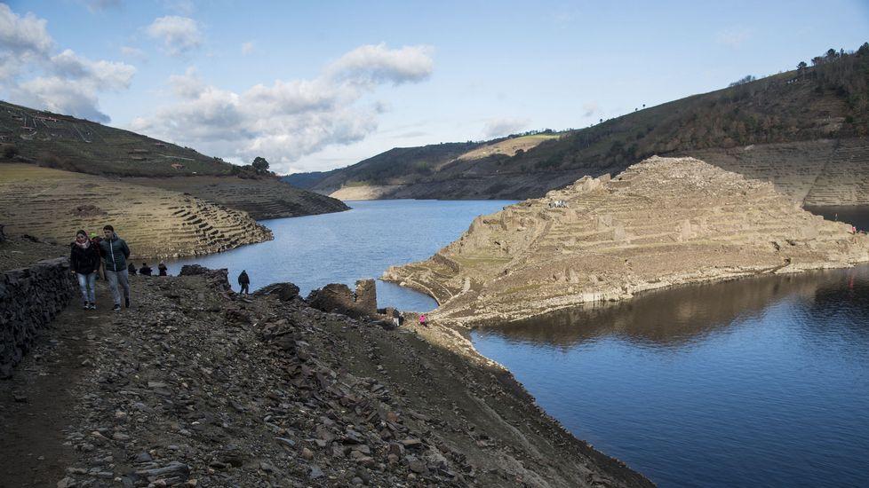 El promontorio de Castro Candaz, emergido de las aguas del Miño, atrae estos días a un gran número de visitantes