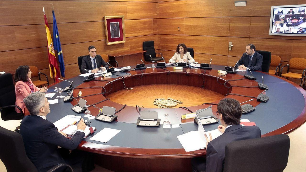 El presidente del Gobierno, Pedro Sánchez, junto a las autoridades delegadas y la portavoz, María Jesús Montero