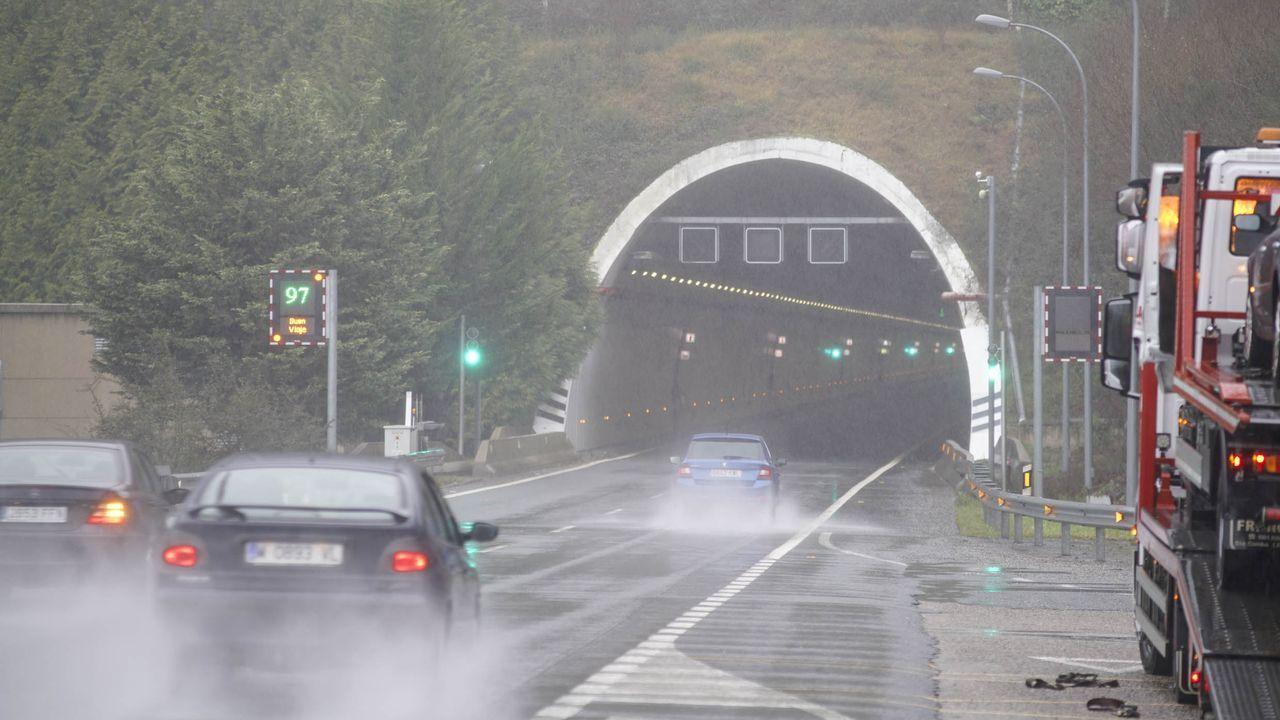 Arde un bateeiro en medio de la ría de Pontevedra frente a Bueu.El túnel de la A-52 quedó cortado tras el incendio de un vehículo