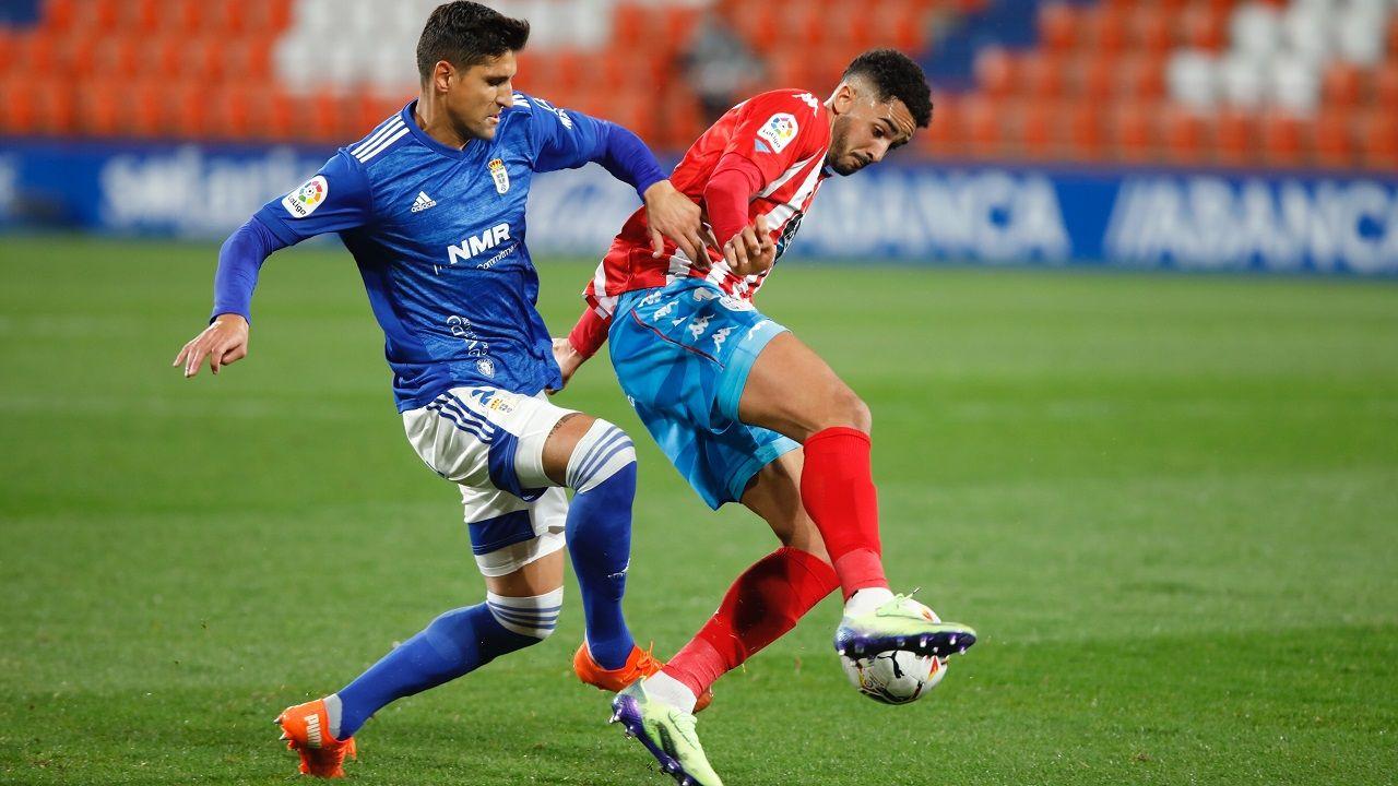 Grippo, ante Chris Ramos, durante el Lugo-Real Oviedo