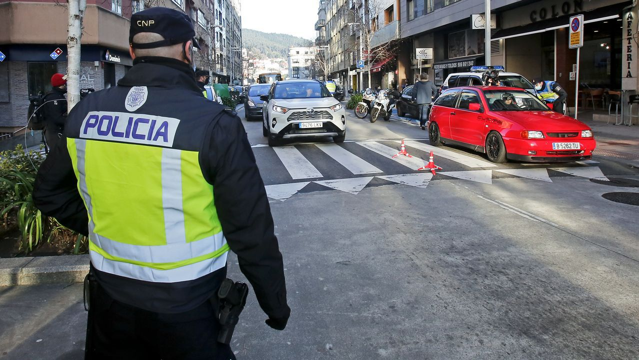 Comisaría de la Policía Nacional en Gijón.Agentes de la Policía Autonómica, durante un control de movilidad por la alerta sanitaria en Ourense