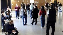 Colas ayer en el Cunqueiro de Vigo donde se administra la vacuna de AstraZeneca