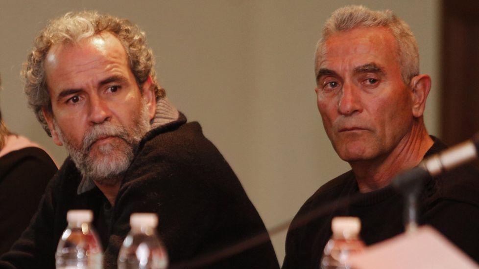 Willy Toledo se vuelve a «cagar en Dios y en la Virgen» a su salida del juzgado.Willy Toledo, a la izquierda, junto al diputado de Podemos Diego Cañamero en una mesa redonda celebrada en A Coruña.
