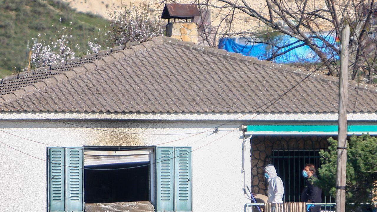 Agentes de la Guardia Civil realizando investigaciones en la vivienda donde se produjo el parricidio