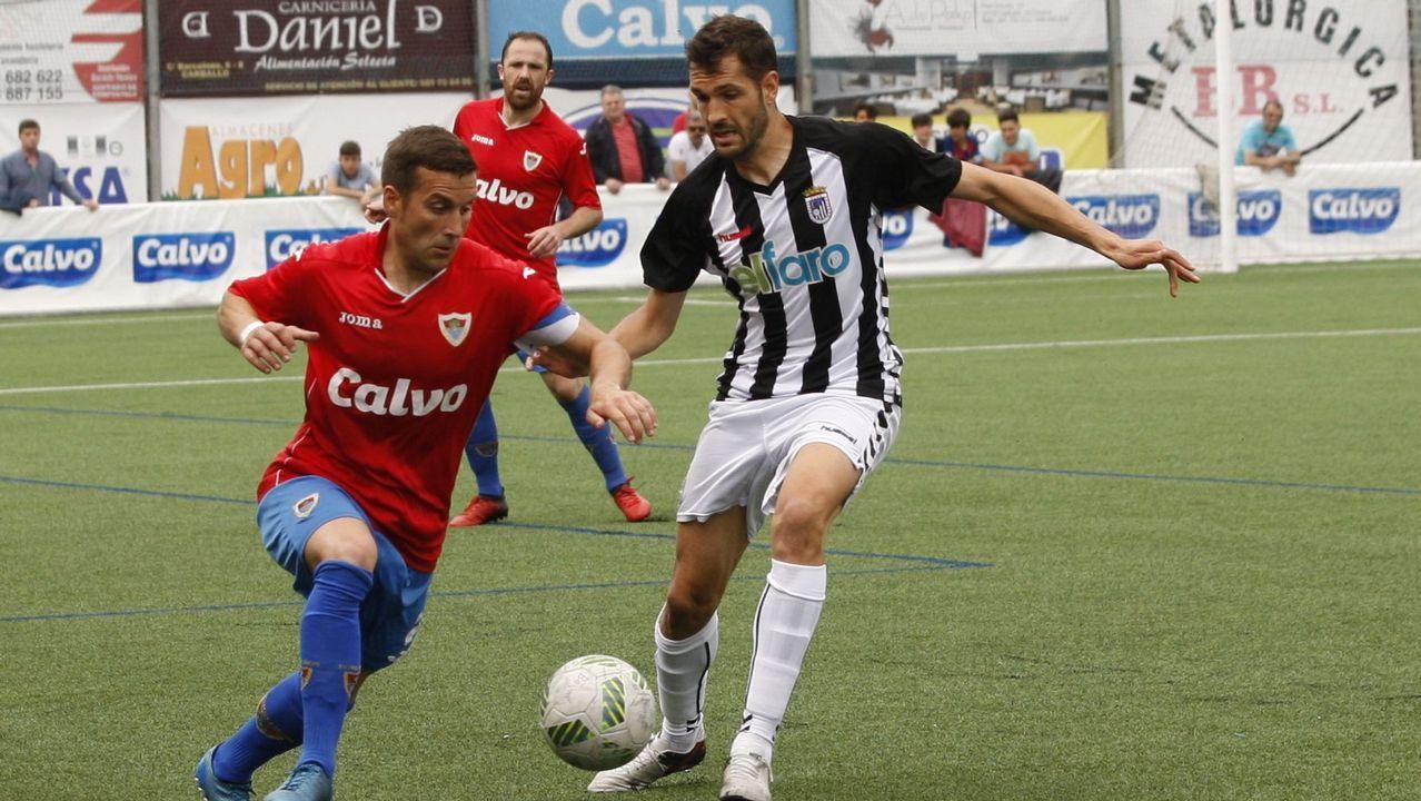 Aficion Real Oviedo Lugo.Folch y Bolaño disputan un balón en el Oviedo-Albacete