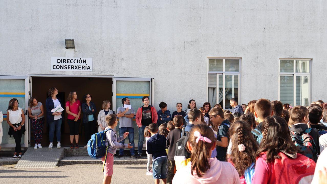 Profesores del colegio se concentraron el viernes para apoyar a la directora que ahora ha sido relevada