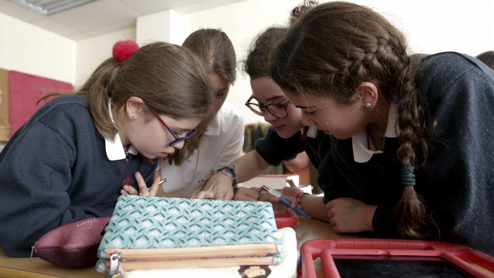 Alumnas del Montespiño se agruparon de cuatro en cuatro para superar los retos que les imponía el juego de escape