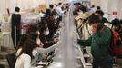Ciudadanos surcoreanos en el aeropuerto de Seúl