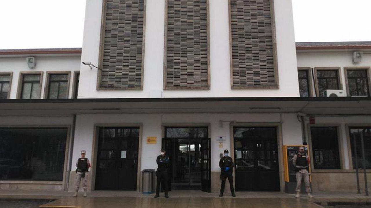 Pedro Sánchez explica la petición que hará al Congreso para prolongar el estado de alarma.Infantes de Marina y policías nacionales, ante la estación de tren de Ferrol
