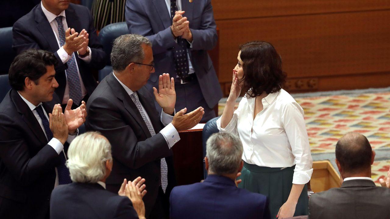 La recién elegida presidenta de la Comunidad de Madrid, Isabel Díaz Ayuso, aplaudida por la bancada popular durante la sesión de investidura