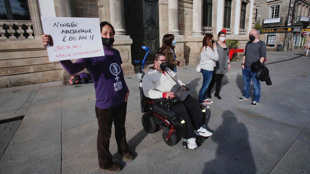 Concentración celebrada este lunes en plaza de España de Pontevedra en contra de la violencia vicaria