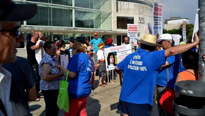 Trabajadores del hospital La Paz se manifestaron pidiendo que Cifuentes sea trasladada a un centro.