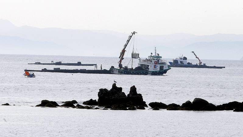 Las naves del polígono industrial de A Tomada y, al fondo, los terrenos de la ampliación, que algunos ya tienen pretendientes.