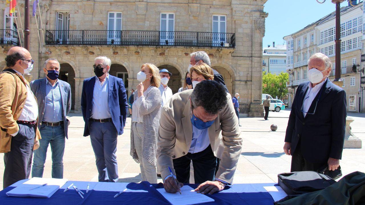 Dirigentes del PP instalaron una mesa para firmar contra los indultos del procés