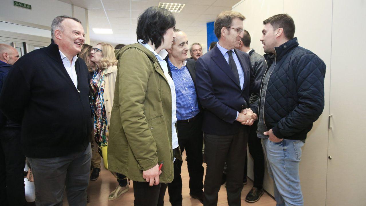 tic.Feijoo saludando a José Luis Regueiro, portavoz del PP en A Fonsagrada, número 12 de la lista popular, ante la mitada de Carballo, Candia y Armesto