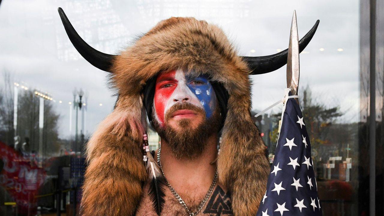 Jake Angeli, el hombre que asaltó el Capitolio vestido de bisonte