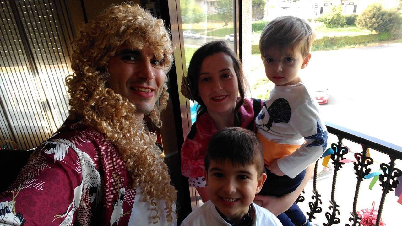 Abel Muíño y su familia, vestidos para la Feria de Abril que celebraron desde los balcones en Santa Icía, en Narón