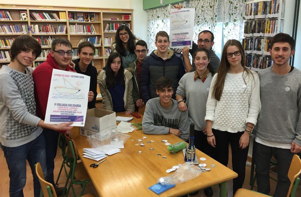 La inclusión llega al castro A Cidá de Borneiro.Los alumnos de Artes Escénicas e Xestión Cultural y su profesor, con los carteles de la Foliada.