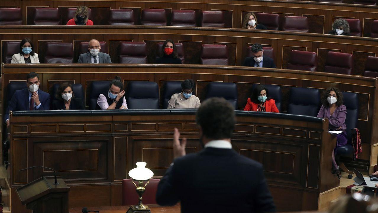 Pablo Casado, de espaldas, dirigiéndose ayer a Pedro Sánchez en el Congreso de los Diputados.