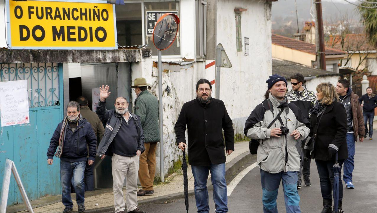 Vigo se vuelca de nuevo con San Blas.José Manuel Gómez sirviendo un tinto en la bodega de su vivienda