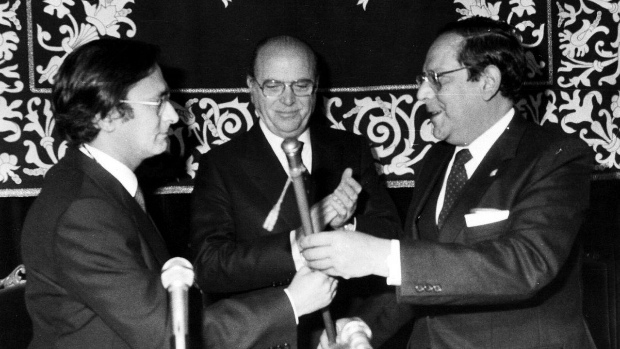 Carlos Pajares recibe el bastón de mando como nuevo rector de la Universidad de Santiago de manos de Suárez Núñez, su antecesor, y el presidente de la Xunta de Galicia Fernández Albor.