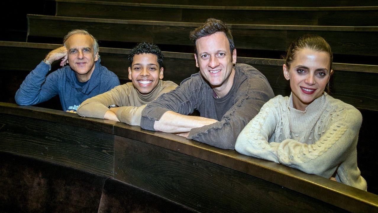 Arango, a la izquierda, con los actores Ninton Sánchez, Edu Soto y Macarena Gómez