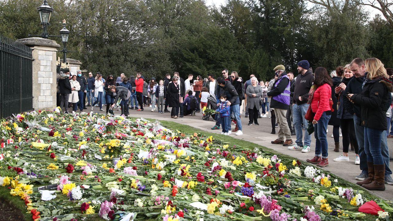 El primer día de la desescalada de los negocios no esenciales en el Reino Unido.Numerosos ciudadanos se acercaron este lunes a la verja del castillo de Windsor para depositar flores en recuerdo del duque de Edimburgo