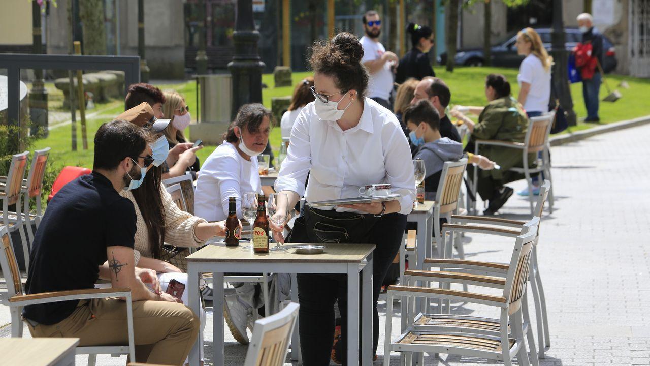 El despertar del comercio compostelano.En la Praza do Campo de Lugo es donde se concentró más gente ante la reapertura de las terrazas