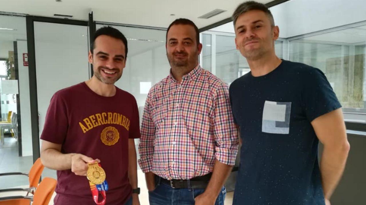 Jorge Lorenzo, con la medalla de oro den la mano, con los emprendedores que crearon la herramienta «Basketouch»