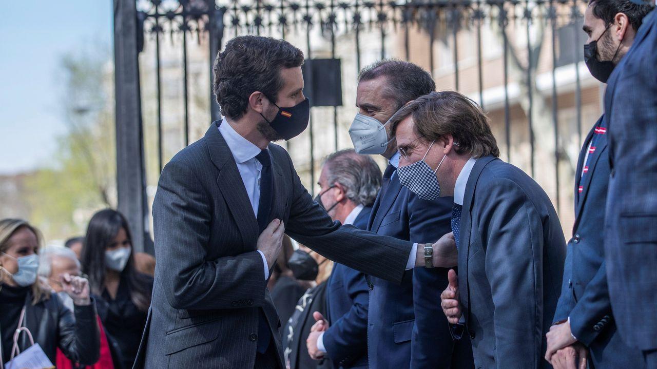 El alcalde de Madrid, José Luis Martínez-Almeida , saluda a Pablo Casado a su llegada hoy al tradicional homenaje a las víctimas de los atentados del 11M
