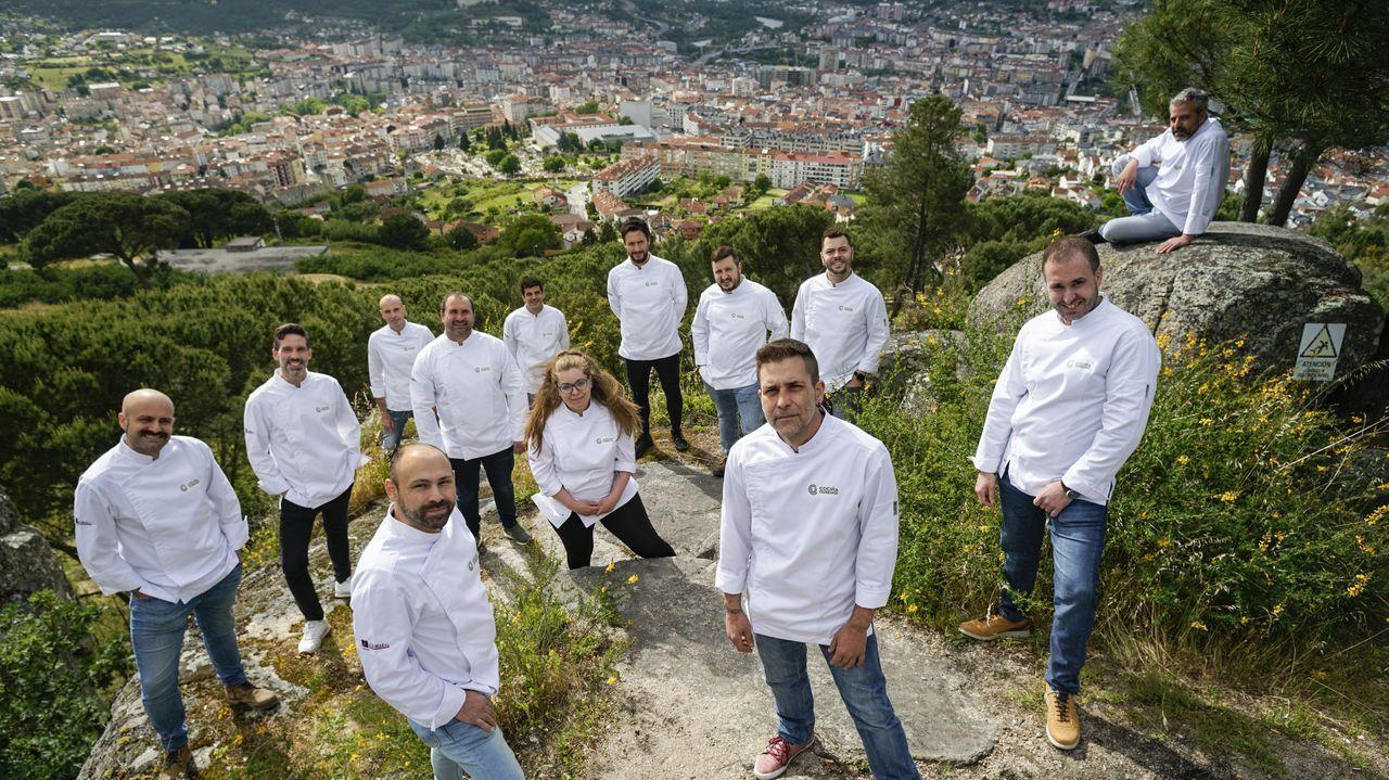 Desde  verín a Trives. Los chefs de Cociña Ourense son, y desenvuelven su trabajo, en distintos puntos de la provincia de Ourense, desde Verín hasta Trives, pasando por Leiro o Ramirás. En la imagen, aparecen en el mirador de Montealegre, con Ourense al fondo