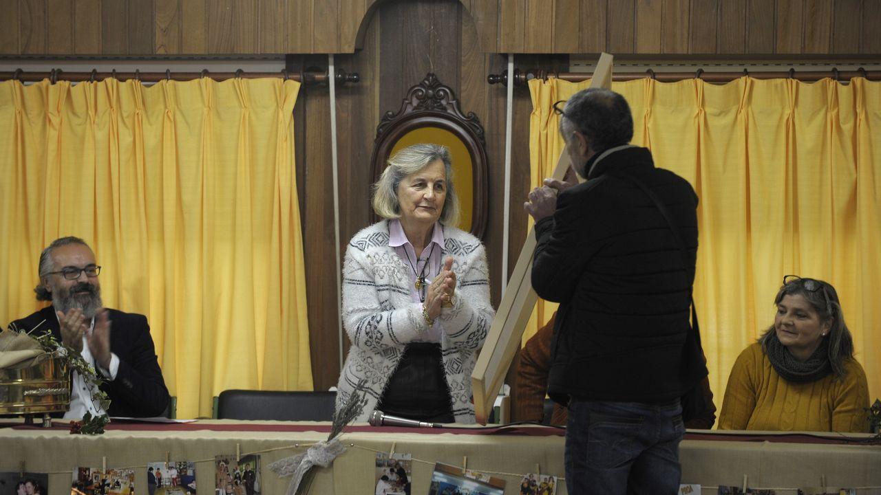 Los compañeros de Mari Carmen Rodríguez Beceiro obsequiaron a la profesora con muchos regalos