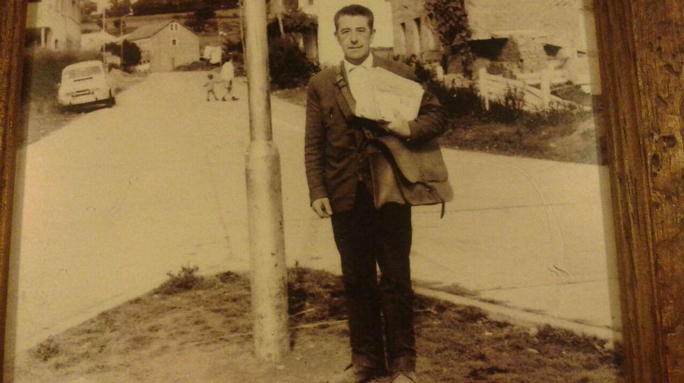 DE LA MANO. El padre de Pablo repartía el correo llevando a su hijo de la mano.