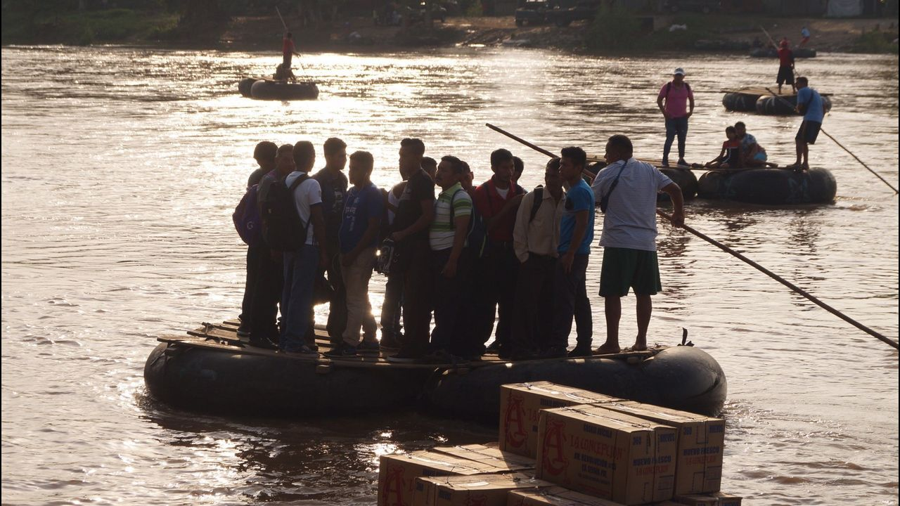 Un grupo de inmigrantes cruzan el rió Suchiate de Guatemala