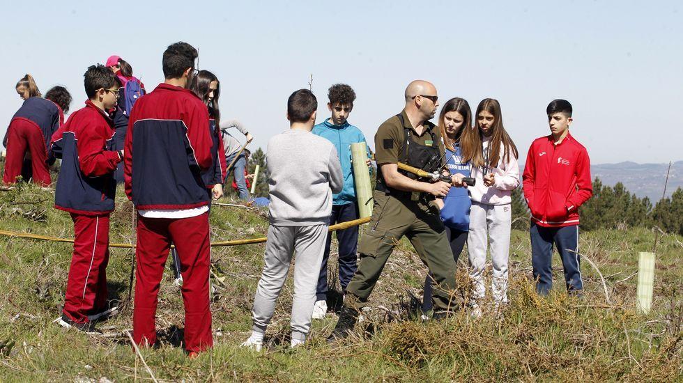 Un axente medioambiental apréndelles aos alumnos cale é a maneira correcta de agarrar unha mangueira durante a extinción dun incendio