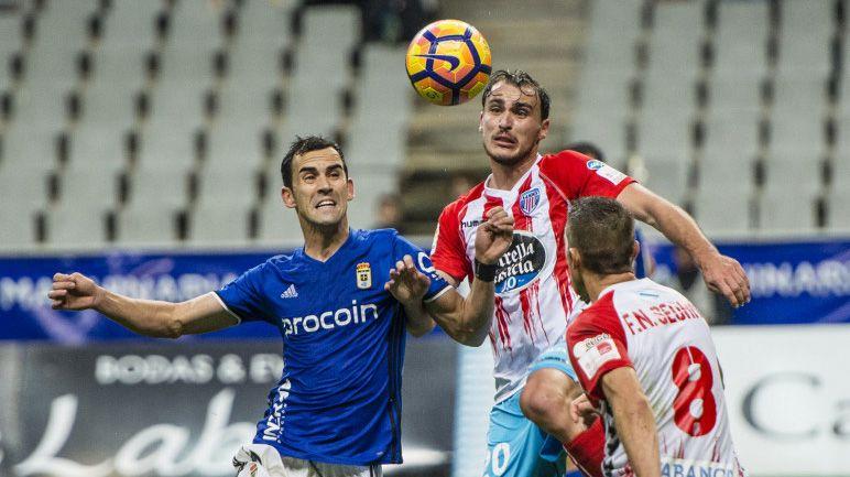 Linares pelea un balón ante el Lugo