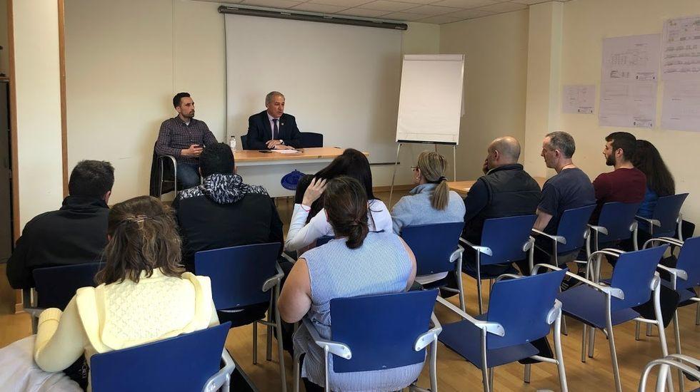 El alcalde y el nuevo administrador informaron de los acuerdos a los trabajadores de la piscina