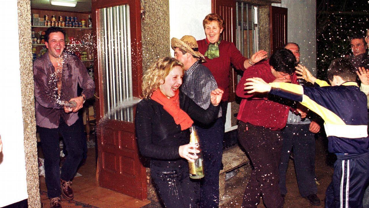 Así se celebró la Primitiva del 2001 en Traba de Laxe: ¡las imágenes!.Corcubión dejará de tener Policía Local a finales de este mes tras jubilarse su único agente, Manuel Pais