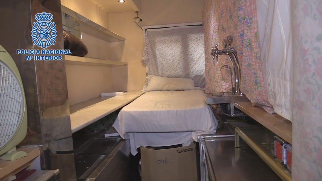 Así eran los cubículos donde confinaban a 20 personas en un restaurante madrileño.Isabel Serra, durante un mitin de la pasada campaña electoral